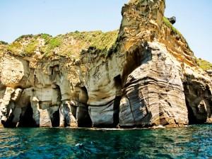 Postal: Cuevas en la costa de Amalfi, Italia