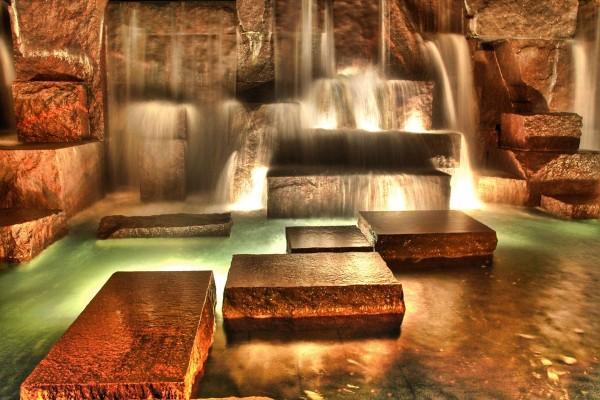 Piedras rectangulares al pié de las cascadas