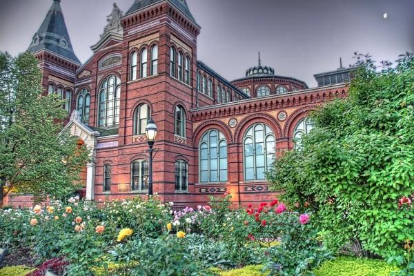 Jardín de flores rodeando un bonito edificio