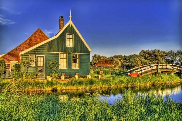 Puente hacia la casa de madera