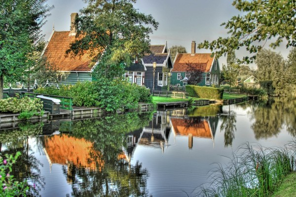 Casas en la orilla del río
