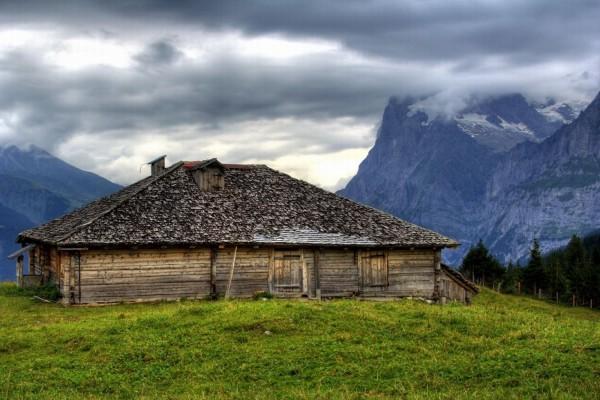 Cabaña de madera en la montaña