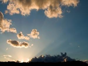 Postal: El sol oculto tras las nubes oscuras