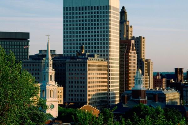 Edificios de varias alturas en la ciudad