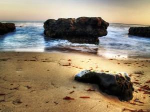 Postal: Enormes rocas a pie de playa