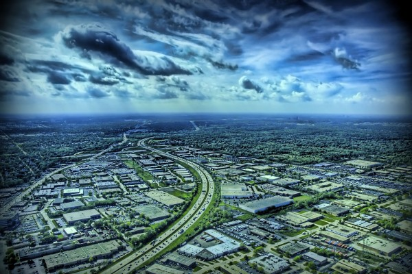 Carretera atravesando la ciudad