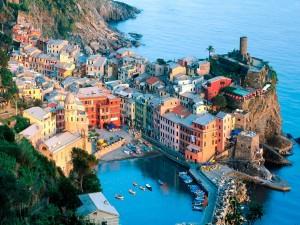 Postal: Pueblo de Vernazza en Liguria, Italia
