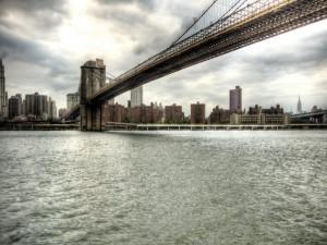 Postal: Un gran puente visto desde el agua