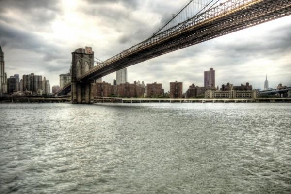 Un gran puente visto desde el agua
