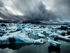 Tormenta en el mar cubierto de hielo