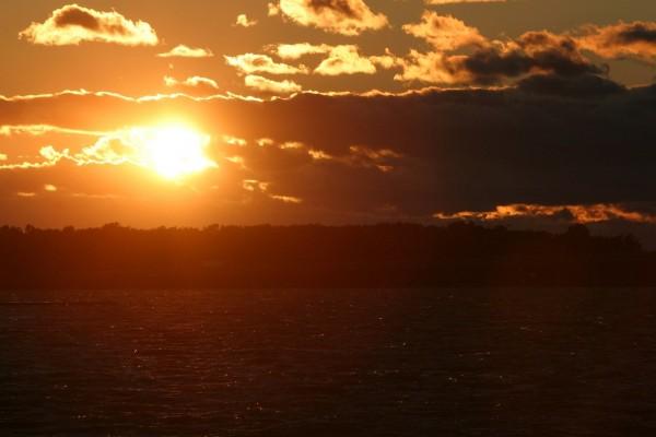 El sol y nubes en el cielo al atardecer