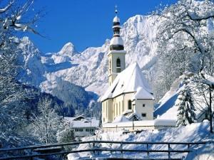 Gran nevada en el pueblo de la montaña