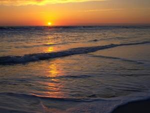 En la orilla del mar al atardecer