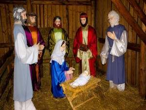 Postal: Los tres Reyes Magos, María y José, celebran el nacimiento del niño Jesús