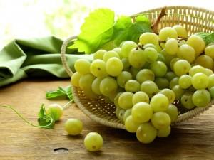 Uvas blancas en una cesta