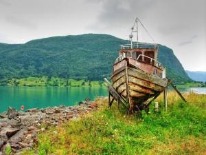 Un barco oxidado fuera del agua