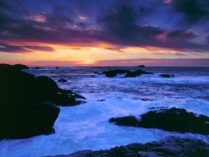 Bonita vista del mar y el cielo al anochecer