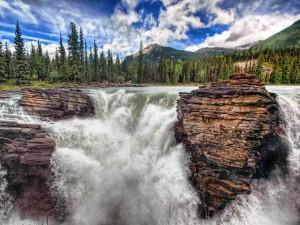 Caída de agua entre grandes rocas