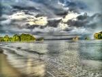 Nubes grises en la playa