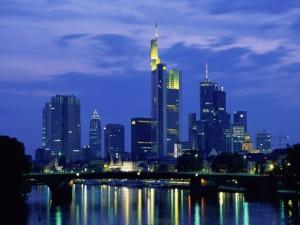 Postal: Vista nocturna de la ciudad de Frankfurt