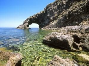 Arco de piedra formado en el mar