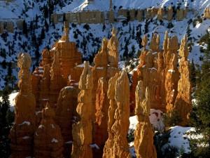 Postal: Chimenea de hadas con nieve, en el Parque Nacional del Cañón Bryce (Utah)