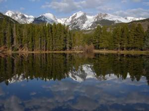 Postal: El lago cerca de las montañas