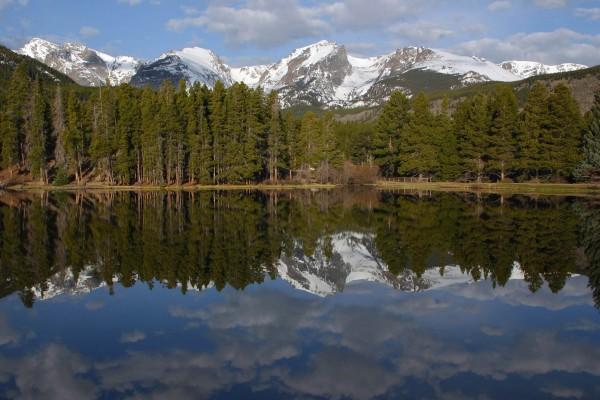 El lago cerca de las montañas