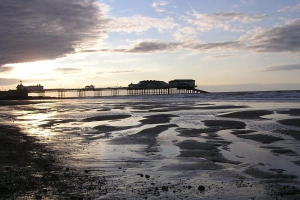 Vista del muelle desde la playa