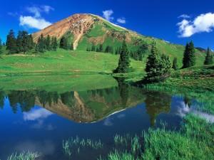 Postal: Montaña verde y un cielo azul