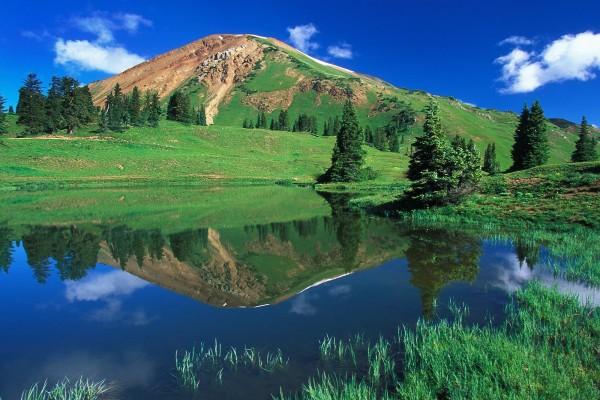Montaña verde y un cielo azul
