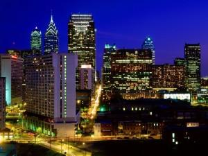 Postal: Calles y edificios iluminados en Filadelfia