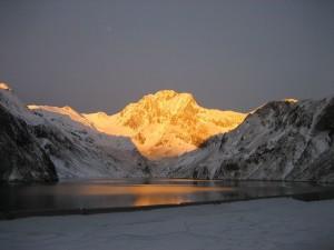 Postal: Pico Vallibierna al amanecer desde el embalse de Llauset