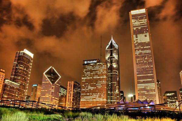 Edificios y el cielo nocturno de Chicago