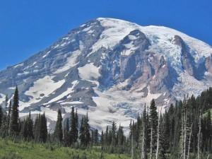 Una gran montaña con nieve