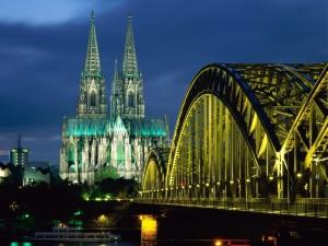 Postal: Vista nocturna del puente Hohenzollern y la Catedral de Colonia
