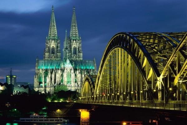 Vista nocturna del puente Hohenzollern y la Catedral de Colonia