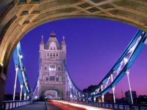 Postal: Paseo nocturno por el Tower Bridge, Londres