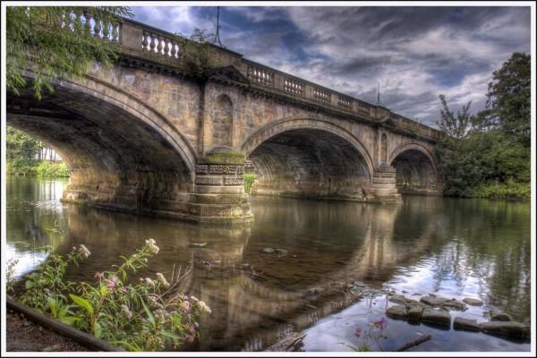 Un gran puente de piedra sobre el río