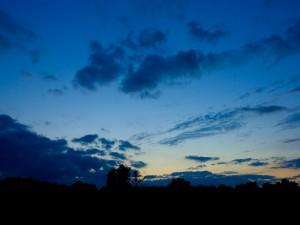 Cielo azul al anochecer