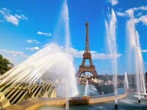 Postal: Fuentes y la Torre Eiffel