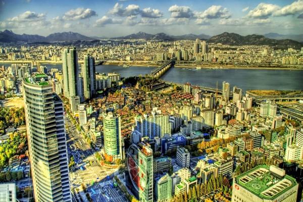 Una gran ciudad con río