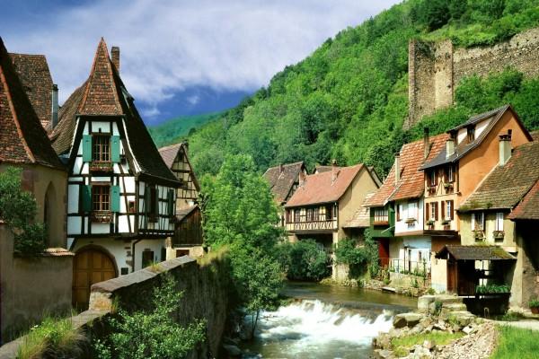 Casas junto al río