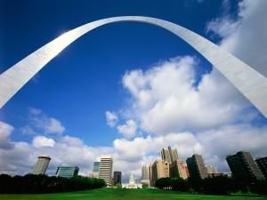 Un gran arco en la ciudad