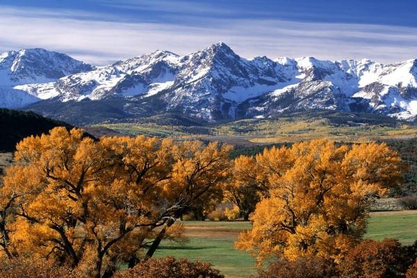 El color del otoño próximo a las montañas