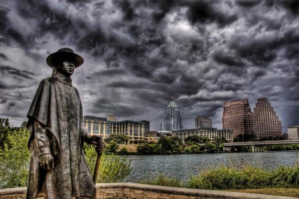 Estatua a las afueras de la ciudad