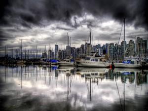 Día gris en el puerto
