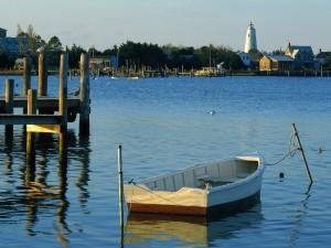 Postal: Barca de madera en el agua