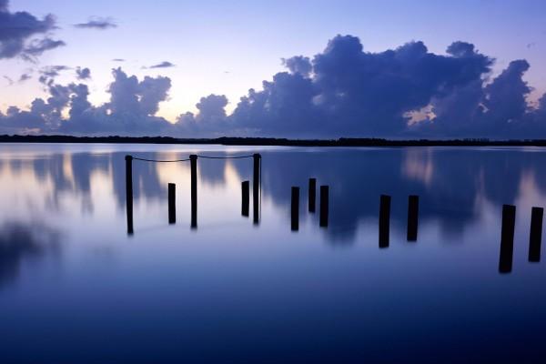Agua en calma al anochecer