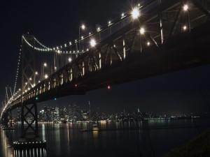 Postal: Vista nocturna del puente y la ciudad
